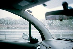 自動車車内から見る小雨の情景の写真素材 [FYI03176680]