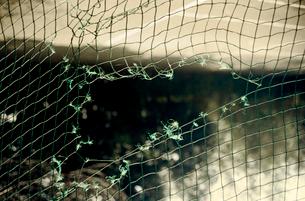 破れた運動公園のネットの写真素材 [FYI03176683]