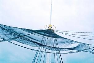 ショッピングセンター屋上のネットを広げた尖塔の写真素材 [FYI03176690]
