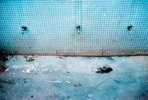 大きなタイル張りの手洗い場の写真素材 [FYI03176693]