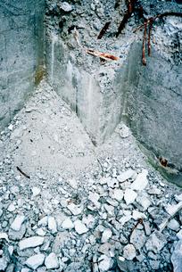 ビル取り壊し現場の鉄筋部分の写真素材 [FYI03176698]