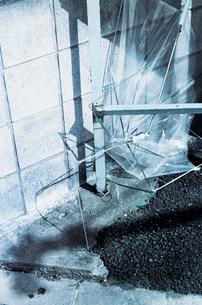 路上に投げ捨てられたビニール傘の写真素材 [FYI03176710]