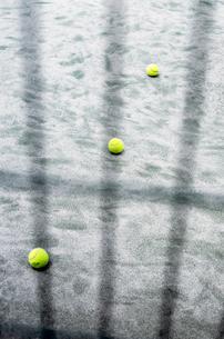 フェンス越しにみる三個のテニスボールの写真素材 [FYI03176720]