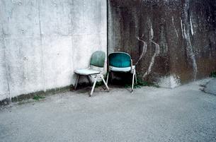 使い古された二脚の椅子の写真素材 [FYI03176727]