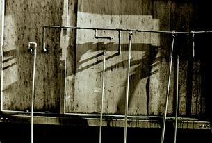 海の家裏側の配管の写真素材 [FYI03176743]