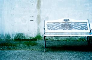 ショッピングセンターの側壁に置かれたベンチの写真素材 [FYI03176748]