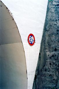 小さなトンネルの交通標識の写真素材 [FYI03176755]