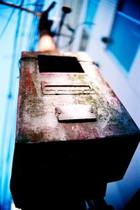 電柱に取り付けられた古い金属箱の写真素材 [FYI03176760]