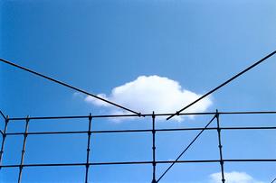 建築足場と白い雲の写真素材 [FYI03176761]