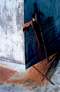 古いビル屋上のコンクリ給水建屋に立てかけられたベット金具の写真素材 [FYI03176763]