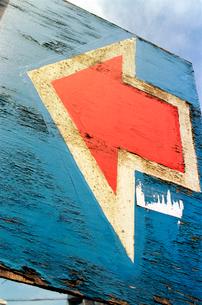 古くなった白い縁取りの赤い矢印の描かれた板の写真素材 [FYI03176764]