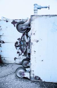 漁港に放置された鉄製荷車の写真素材 [FYI03176772]