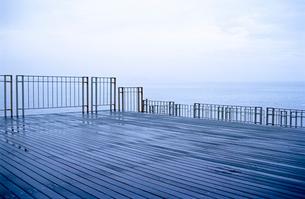 雨の海岸の木製デッキ桟橋の写真素材 [FYI03176774]