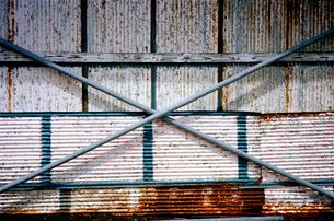 閉ざされた海の家資材倉庫の写真素材 [FYI03176776]