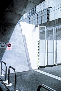 鉄道保線施設へのコンクリトンネルと侵入禁止のさくの写真素材 [FYI03176777]