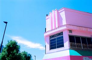 ピンクに塗装された閉店した洋菓子店の写真素材 [FYI03176780]