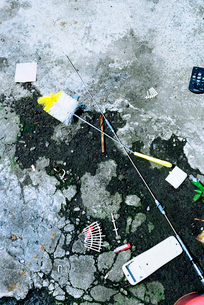 漁港空き地に散乱するゴミの写真素材 [FYI03176781]