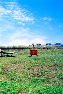休日の海岸草地に置かれたアウトドア用品の写真素材 [FYI03176783]
