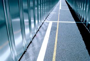 ステンレスの塀にはさまれた通路の写真素材 [FYI03176786]