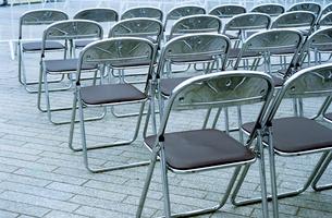 並んだ折りたたみスチール椅子の写真素材 [FYI03176793]