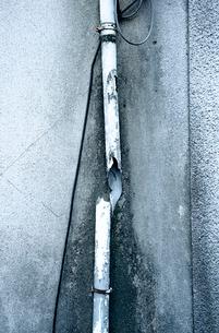 途中で割けた雨樋の写真素材 [FYI03176797]