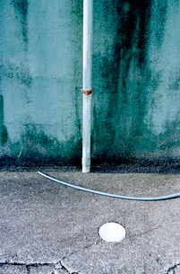 雨樋とホースの置かれた光景の写真素材 [FYI03176805]