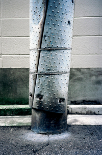 スチールの防護カバーが巻かれた電柱の写真素材 [FYI03176806]