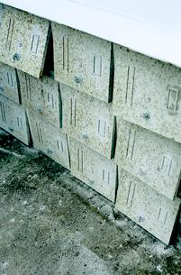 横倒しにされた古いスチールロッカーの写真素材 [FYI03176807]