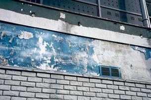 ペイントが剥がれ落ちた商店看板の写真素材 [FYI03176808]