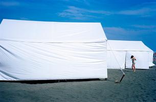 砂浜に張られた白いテントの写真素材 [FYI03176810]