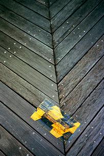 ウッドデッキ階段の踊り場の写真素材 [FYI03176811]