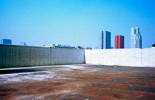 ビル撤去の更地から眺める都心築地方向の写真素材 [FYI03176812]