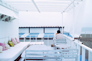 早朝の白い海の家の写真素材 [FYI03176813]