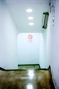 ビル街の地下鉄入り口の写真素材 [FYI03176815]