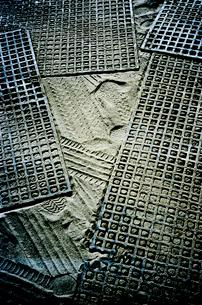 砂地に敷かれた脱輪防止ネットの写真素材 [FYI03176816]
