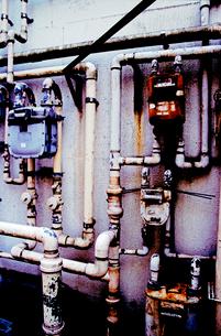 古びたビル側壁配管とメーターの写真素材 [FYI03176824]