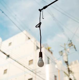 古いカフェー軒先に吊るされた裸電球の写真素材 [FYI03176826]