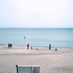 週末の海岸を散歩する人々の写真素材 [FYI03176827]
