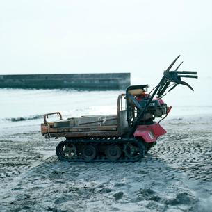 砂浜に止められたキャタピラの付いた小型作業車の写真素材 [FYI03176829]