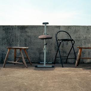 小さな海岸展望台で雨ざらしになっている様々な古い椅子の写真素材 [FYI03176838]
