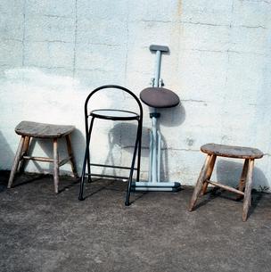 小さな海岸展望台で雨ざらしになっている様々な古い椅子の写真素材 [FYI03176843]