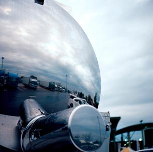 タンクロリーの鏡面に映る高速道路サービスエリアの写真素材 [FYI03176846]