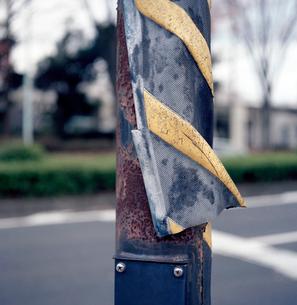 電柱から剥がれた交通標識の写真素材 [FYI03176858]