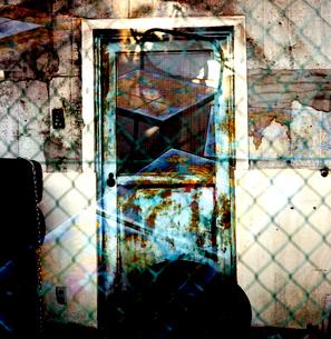 鉄製の古い扉/ダブルイメージの写真素材 [FYI03176863]