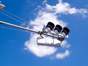 白い雲を背中にした交通信号機の写真素材 [FYI03176864]