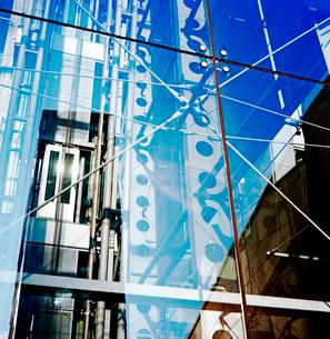 朝日を浴びるガラス壁面ビルの写真素材 [FYI03176873]