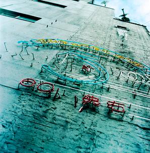 早朝の飲屋街ビル側壁のネオンの写真素材 [FYI03176879]