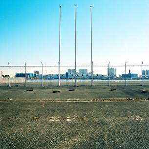 東京港空き地に立つ三本のポールの写真素材 [FYI03176880]