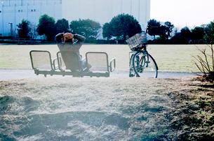 冬の公園の日だまりでくつろぐ老人の写真素材 [FYI03176883]