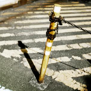 進入禁止の古い鉄柱の写真素材 [FYI03176891]